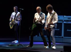 """El grupo británico Status Quo durante el concierto que han ofrecido en el Starlite Festival que se celebra en Marbella.Status Quo ha ofrecido este viernes por la noche en el Festival Starlite de Marbella uno de los cuatro últimos conciertos de su gira mundial de despedida """"The Last Night of the Electrics"""", antes de dedicarse a la acústica, más relajada.Francis Ross, Andrew Bown, John """"Rhino"""" Edwars y Leon Cave se han presentado en el escenario con sus camisas blancas, sus pantalones vaqueros y sus zapatillas deportivas también blancas.Ha faltado Rick Parfitt, una de las voces y guitarras del grupo, que sufrió un infarto y se encuentra convaleciente."""