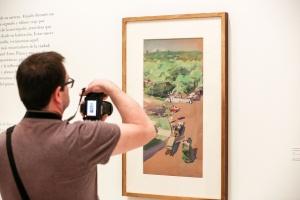 """La mirada más desconocida de Sorolla, en Málaga.El Museo Carmen Thyssen muestra la faceta más espontánea y moderna del pintor valenciano con una colección de obras rápidas realizadas durante su estancia en Nueva York.'Sorolla. Apuntes de Nueva York' reúne nueve 'gouches' (aguadas) y 18 dibujos procedentes del Museo Sorolla de Madrid. Obras que el artista valenciano realizó en un momento muy concreto de su vida: durante su segunda y última estancia en Nueva York en 1911, cuando ya estaba en conversaciones con el hispanista Archer Milton Huntington para hacer su proyecto cumbre, 'Visión de España', los monumentales lienzos que decorarían la biblioteca de la Hispanic Society. En esa visita, Sorolla se aloja en el hotel Savoy, desde donde ve Central Park, la calle 59, la casa Vanderbilt, el Hotel Plaza, la estatua del general Sherman... Y tal como lo ve, lo pinta. """"Cuando descansa, no descansa en realidad: realiza estos 'gouches' con mirada de halcón desde el alféizar de su ventana"""""""