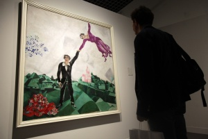 """Collection of the Russian Museum in Malaga hosts ' Chagall and his Russian contemporaries ' in the sample there are 17 works by Russian maestro Marc Chagall.Esta work has the title of """" Walk """" and belongs to the Russian state fund of 1917"""