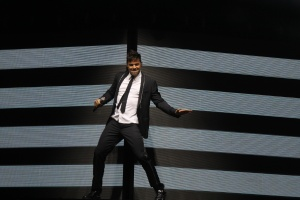 Ricky Martin gathers 11,000 people in Malaga in their first concert of the world , 'One World Tour' in Europe and Malaga has chosen to start his European career .