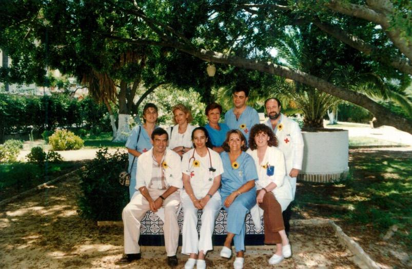 1993 Equipo del Hospital Cruz Roja con la 1ª campaña de captación del girasol por Cudeca