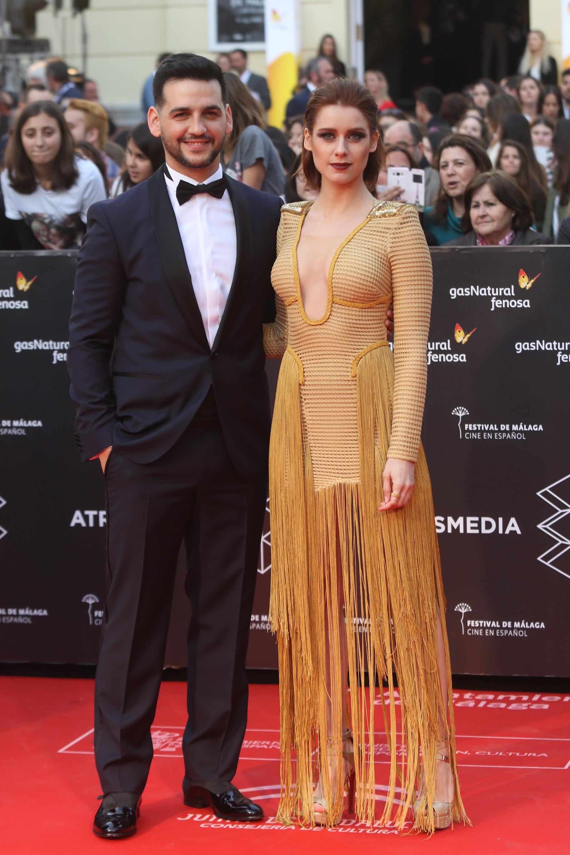 Los encargados de presentar la gala de inauguración Fran Perea y Manuela Vellés posan en la alfombra roja de la 20 edición del festival de cine en Español de Málaga