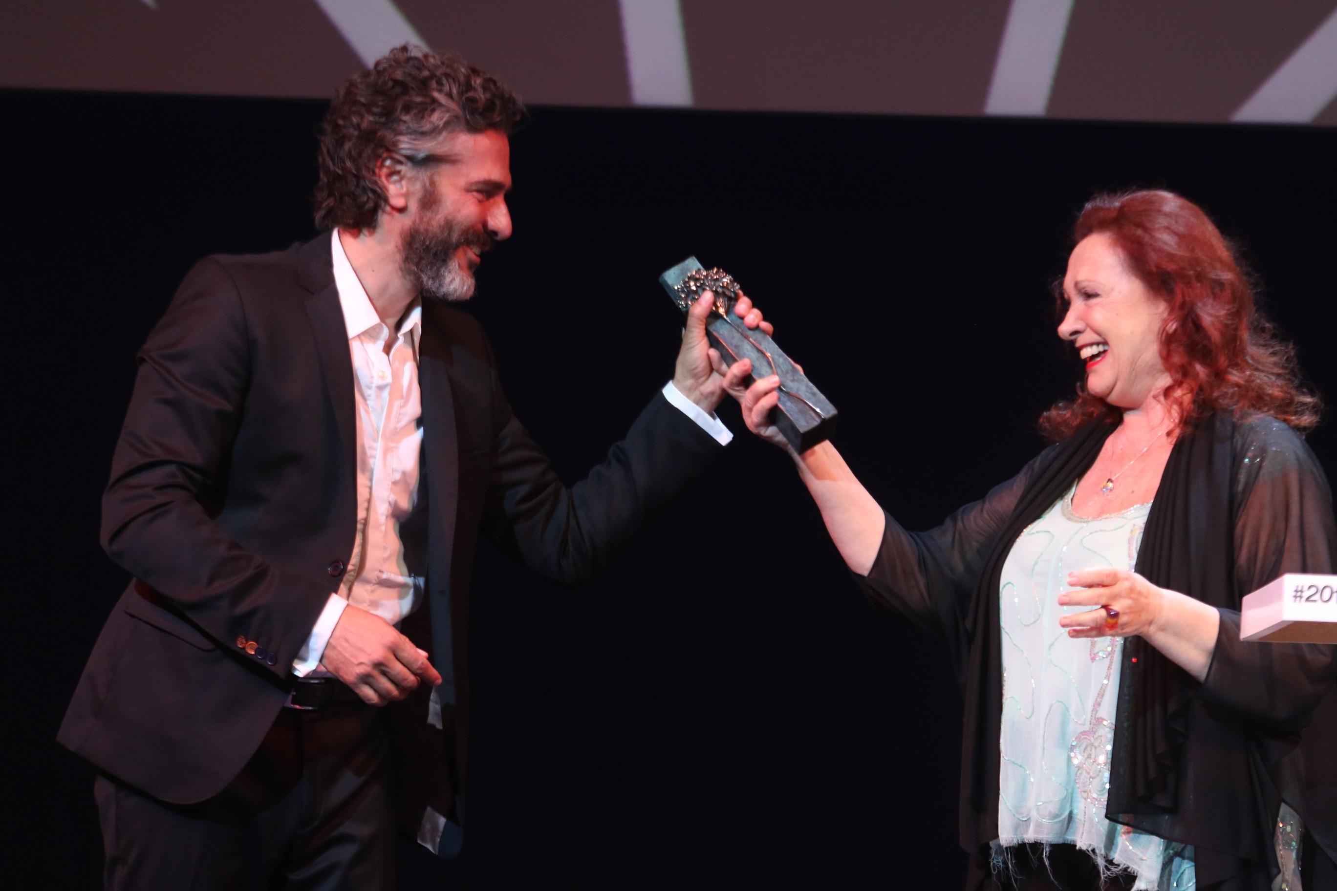 MaLaga, Andalucía, España - El actor argentino Leonardo Sbaraglia (R), acompañado por su madre Roxana Randon, habla tras recibir el Premio Málaga-Sur durante la 20ª edición del Festival de cine español de cine español en el Teatro Cervantes de Málaga , 18 de marzo de 2017