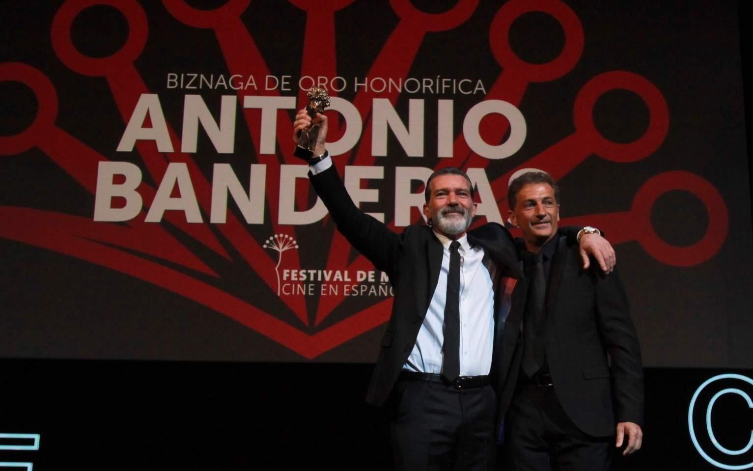 Antonio Banderas recibe la biznaga de oro honorifica de manos de su hermano Javier Banderas