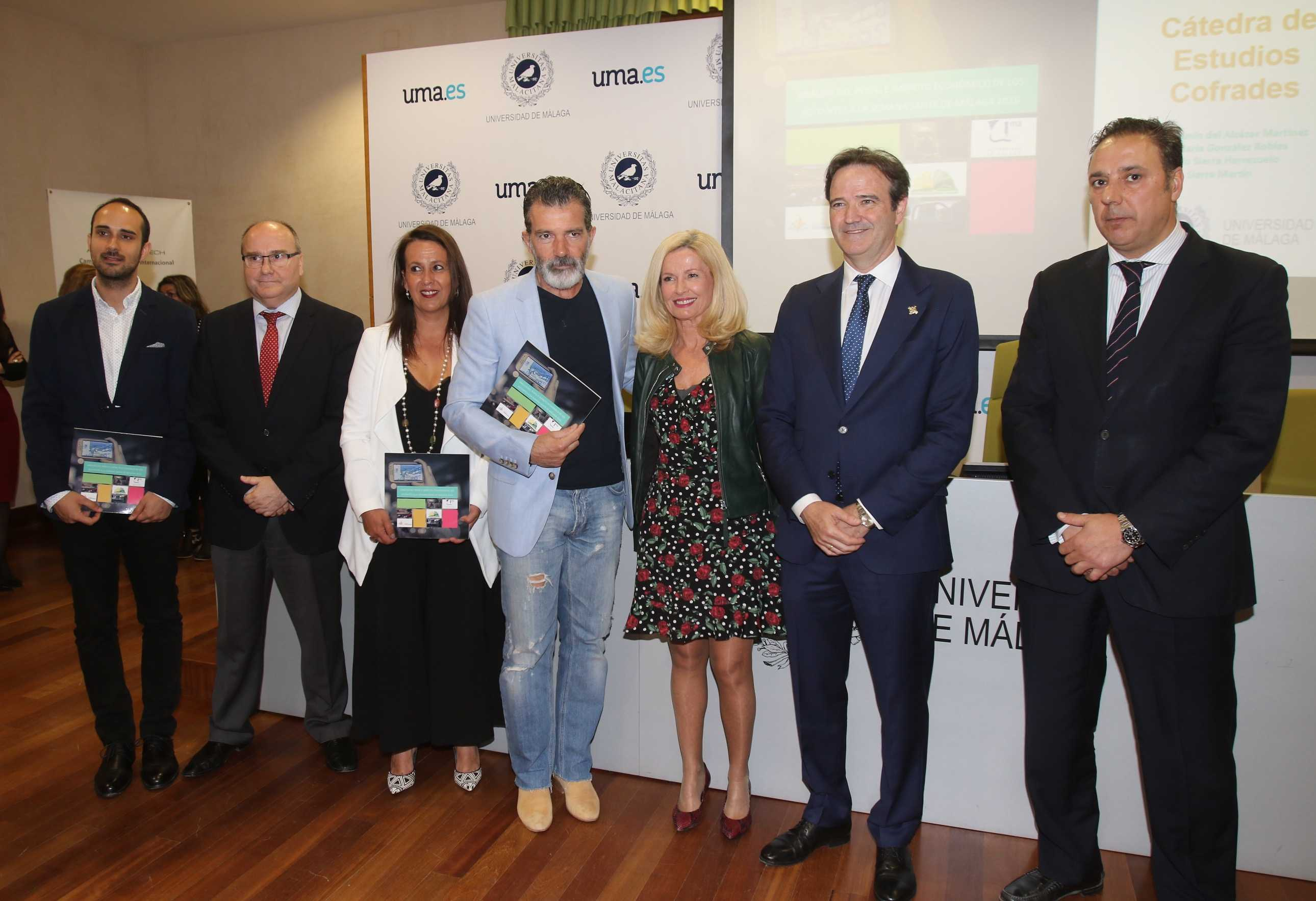 The Malaga actor Antonio Banderas has presented the first Research Awards to the best doctoral thesis and end-of-degree or career papers convened by the Chair of Studies Cofrades of the University of Malaga that carries his Foundation, the Lagrimas and favors