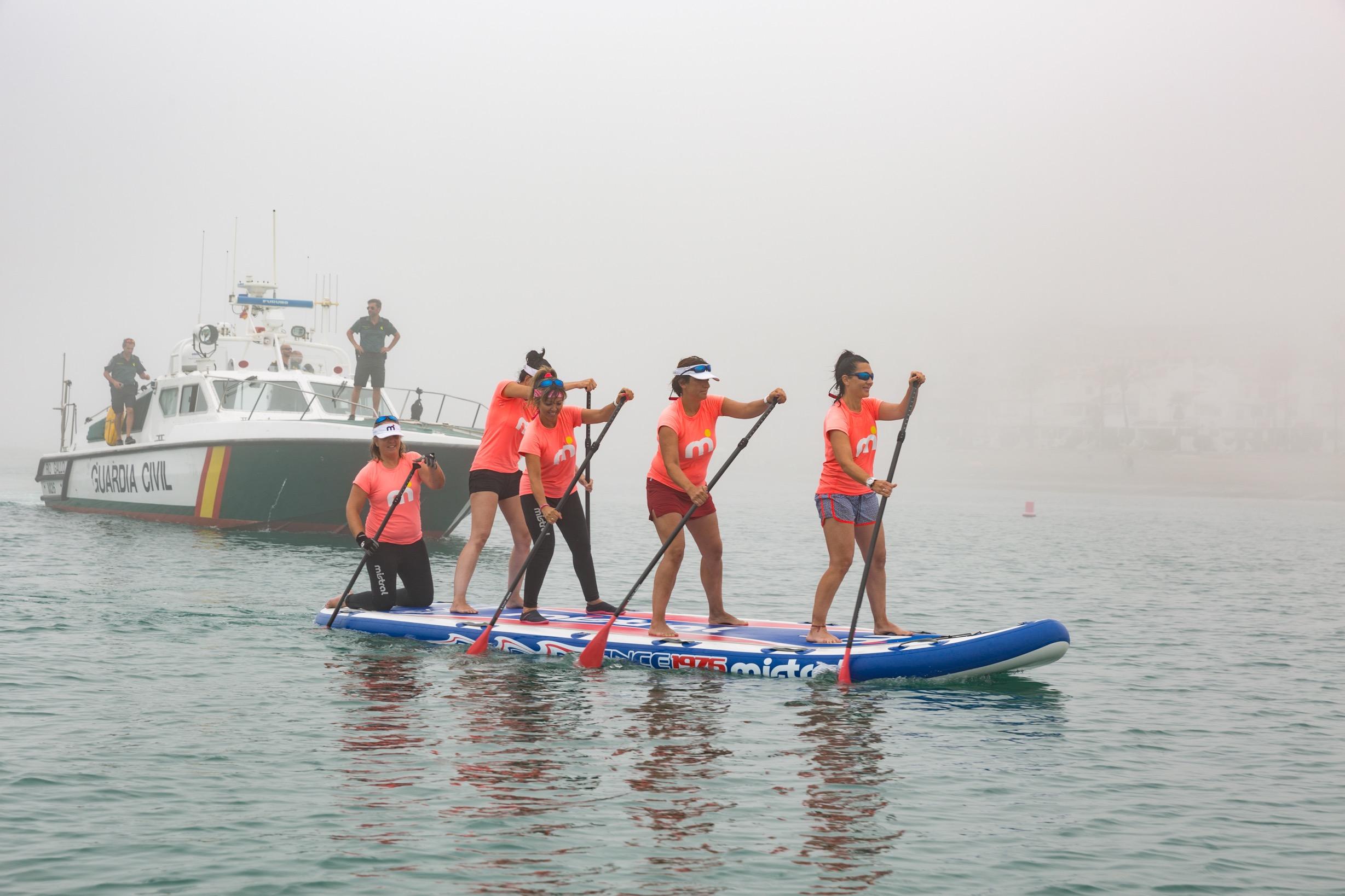 SURFEANDO LA VIDA entrando en Puerto de La Duquesa, Manilva, escoltadas por la Guardia Civil