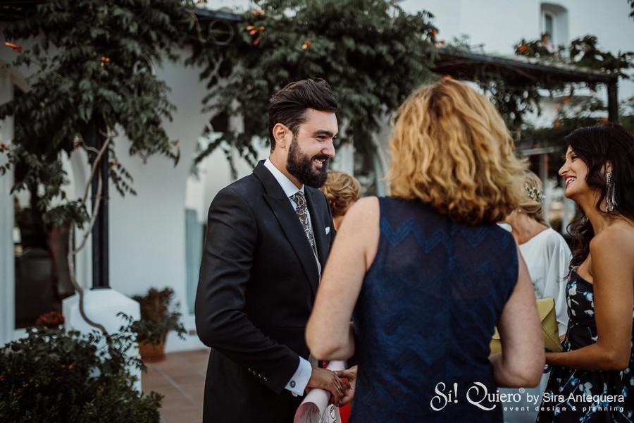 Aitor saludando a los invitados antes de la ceremonia